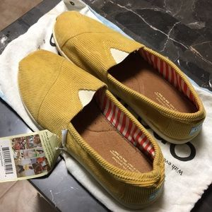 NWT Classic Toms in Golden